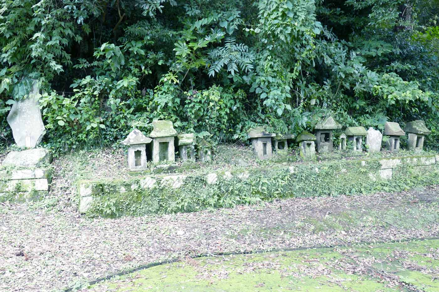 拝殿裏の石宮の画像