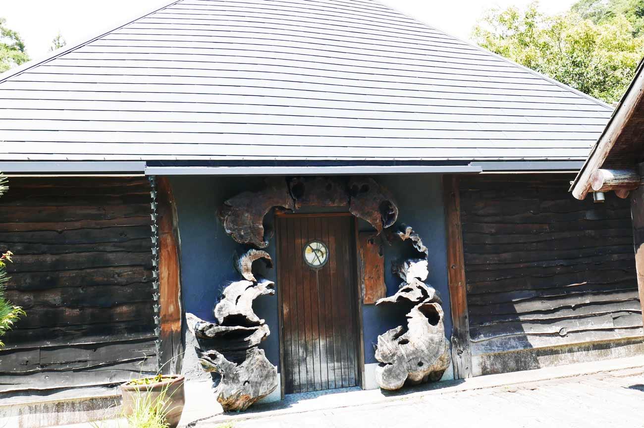 加瀬の切株の飾りの扉の画像