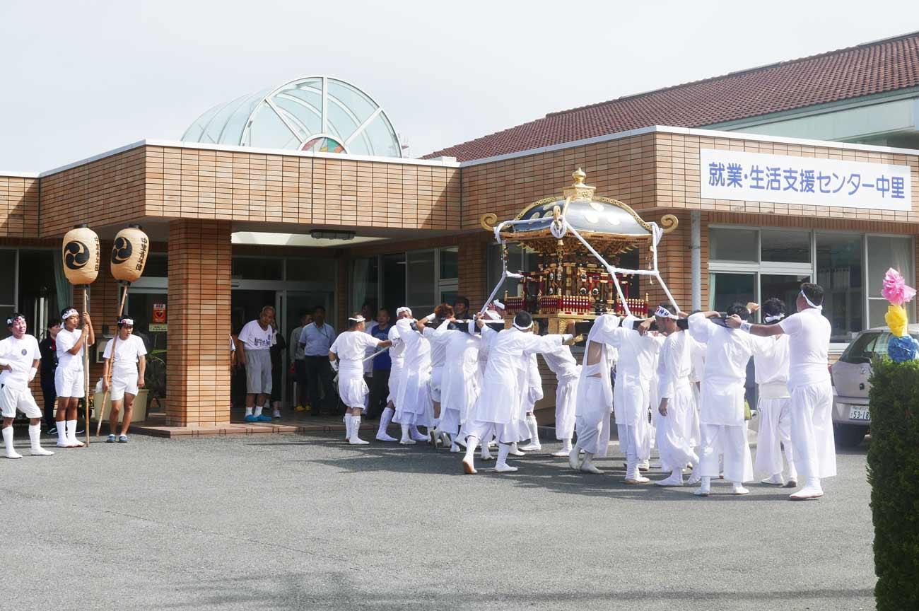 就業・生活支援センターに入祭する神輿の画像