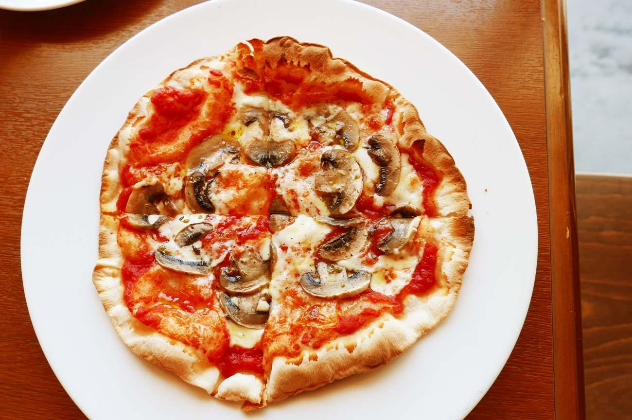 マッシュルームのピザの画像