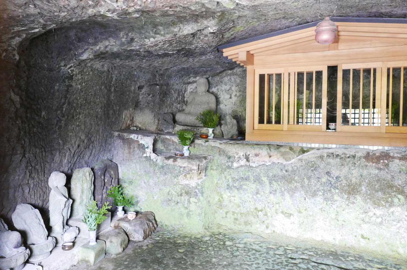石像地蔵菩薩坐像左側の石碑群の画像