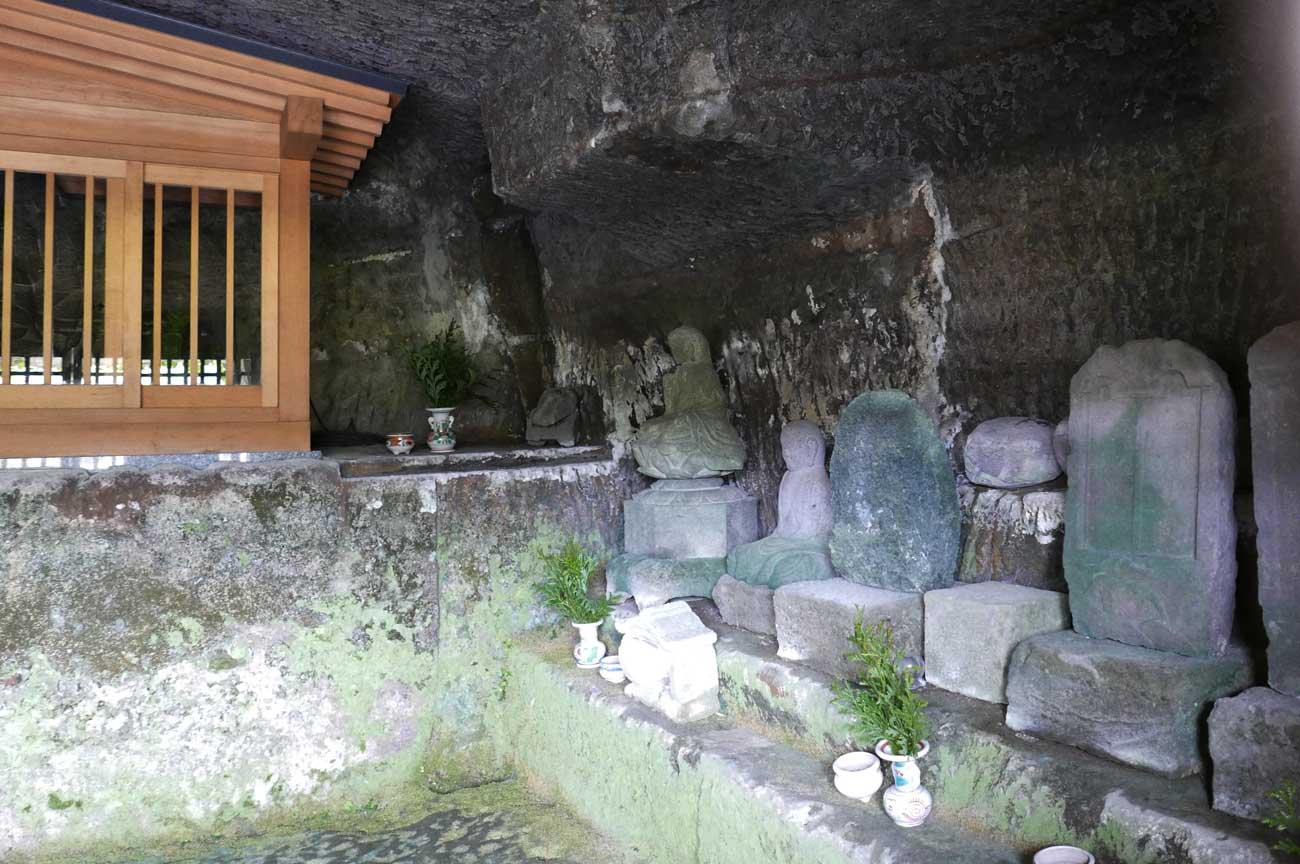 石像地蔵菩薩坐像右側の石碑群の画像