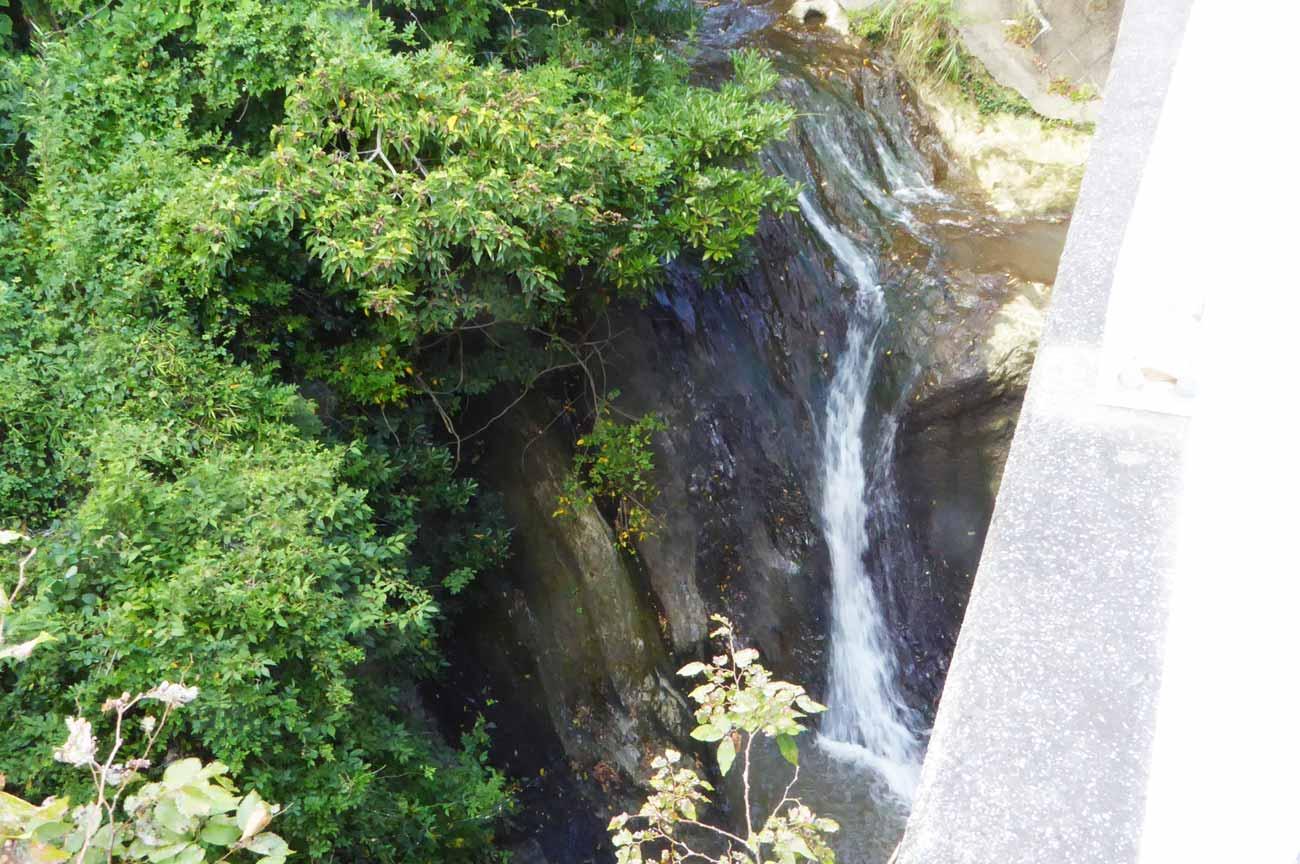 腰廻橋の下の滝の画像