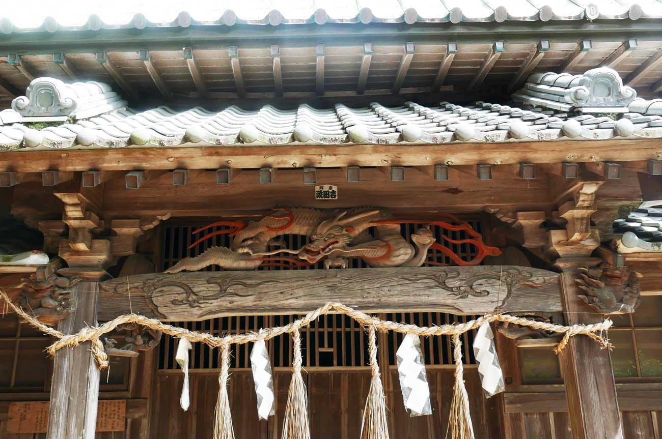 向拝の龍と木鼻の彫刻の画像