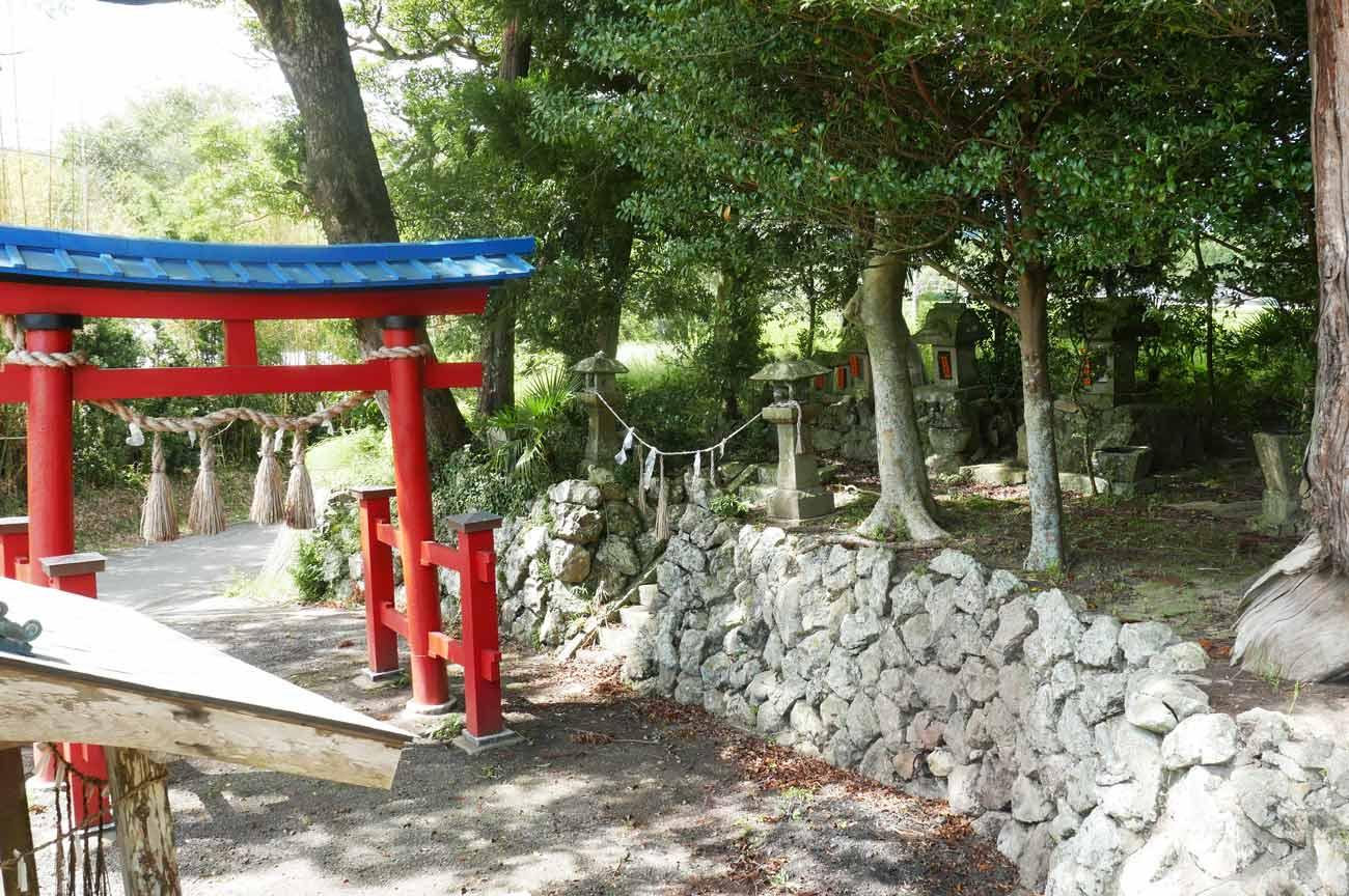 熊野神社鳥居横石碑群の画像