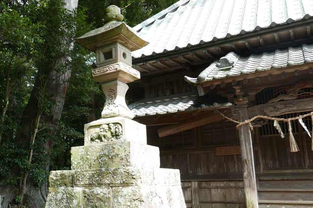 熊野神社の常夜灯(左)の画像