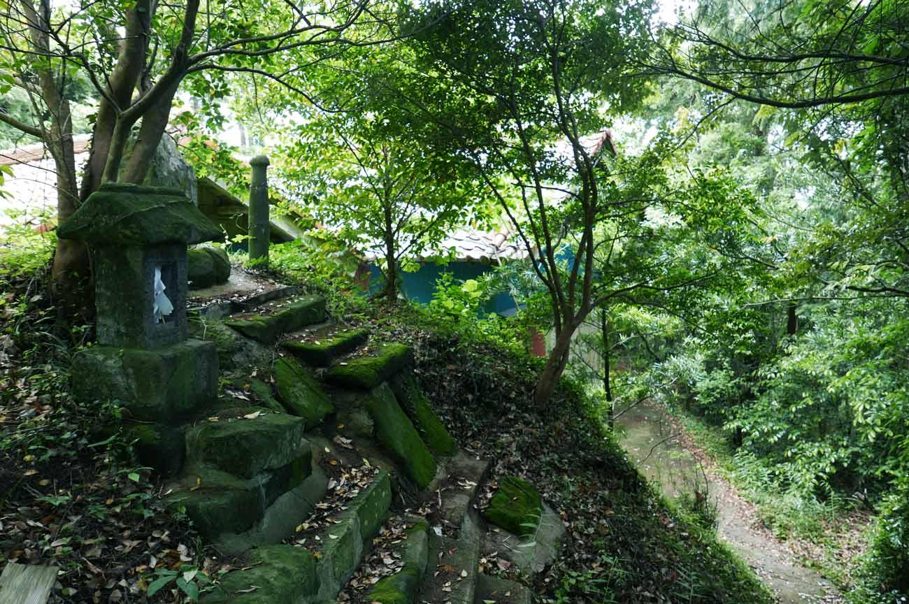 天満神社拝殿裏の石碑群の画像