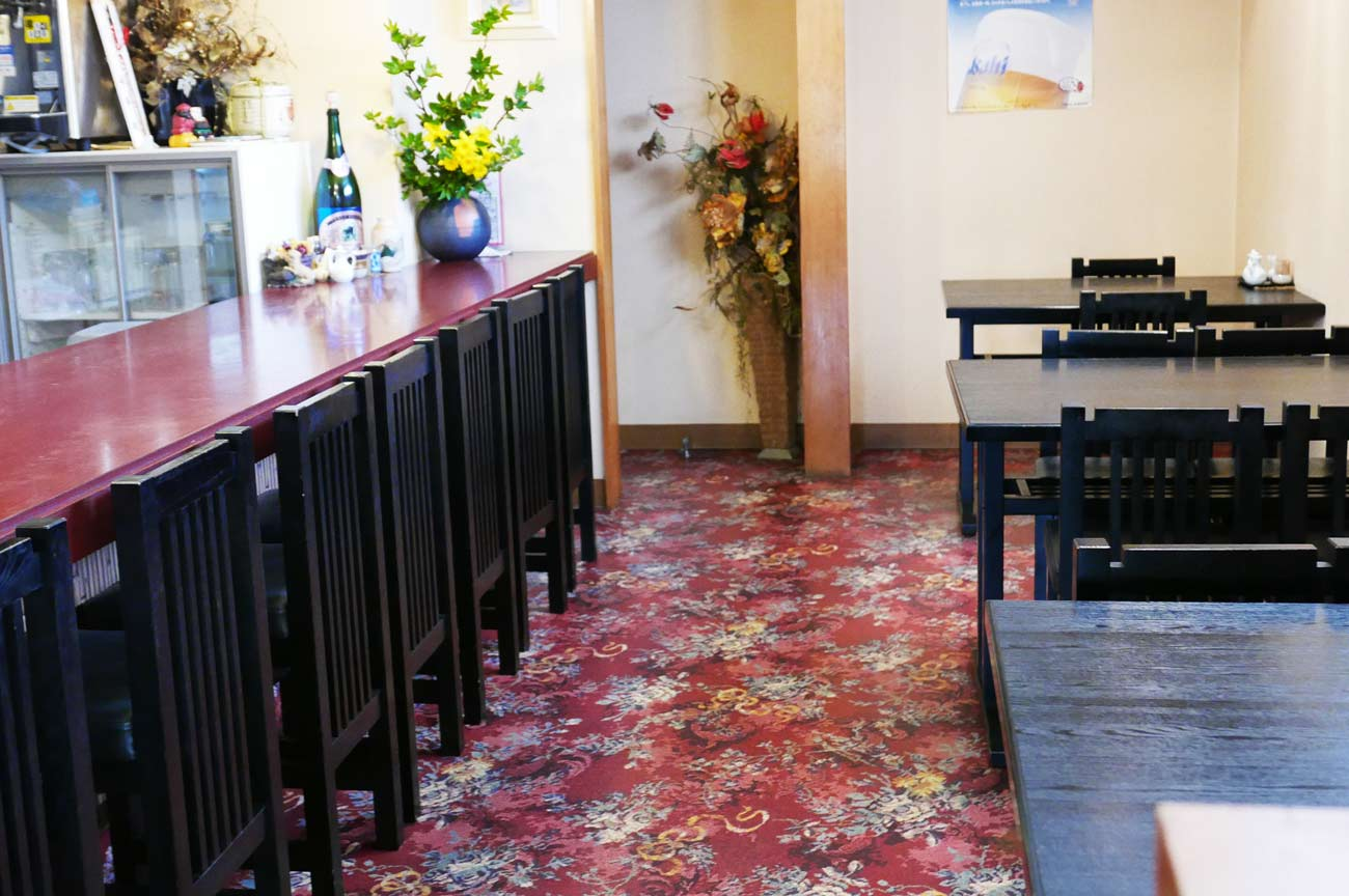 カウンターとテーブル席の画像