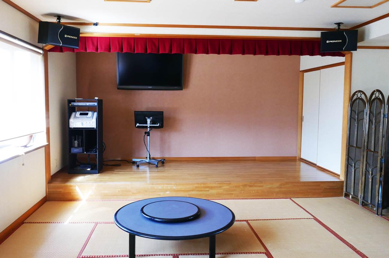 座敷とカラオケ設備の画像