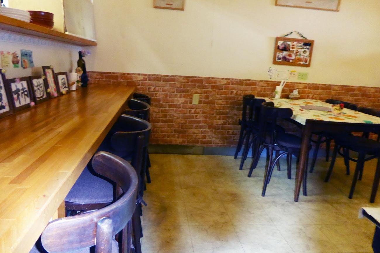 ビストロ アンのカウンターとテーブル席の画像