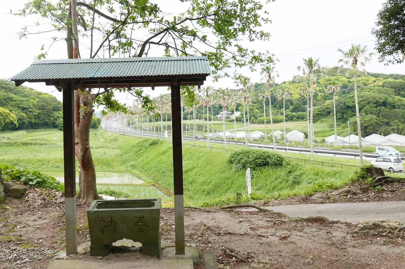 日枝神社の手水舎と手水石の画像