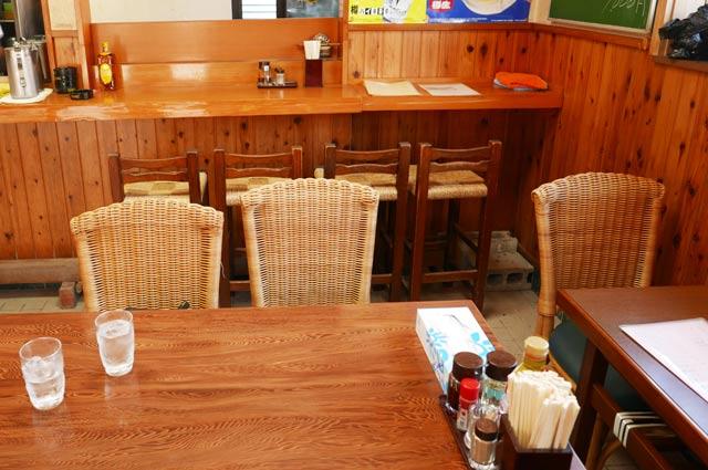 タンタン麺かずさのカウンターとテーブル席の画像