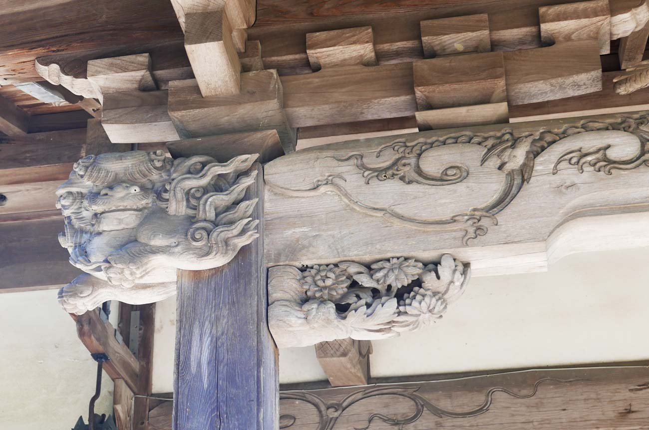 五代目伊八の木鼻(左)の画像