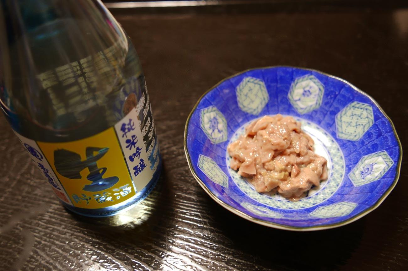 かじきの塩辛と日本酒の画像