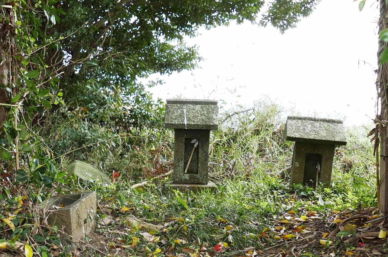 拝殿右奥の石祠の画像