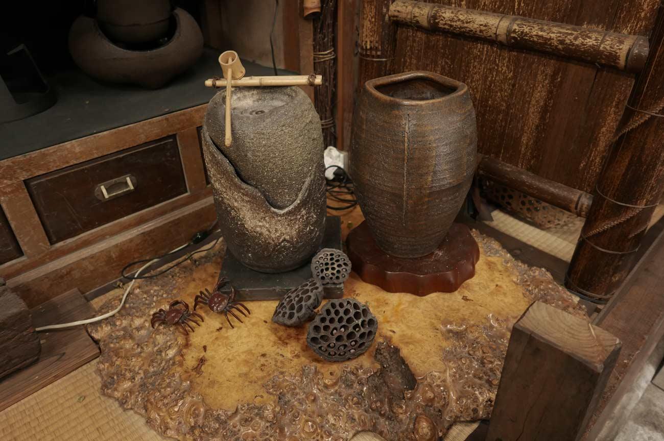 壷と蓮の実の画像