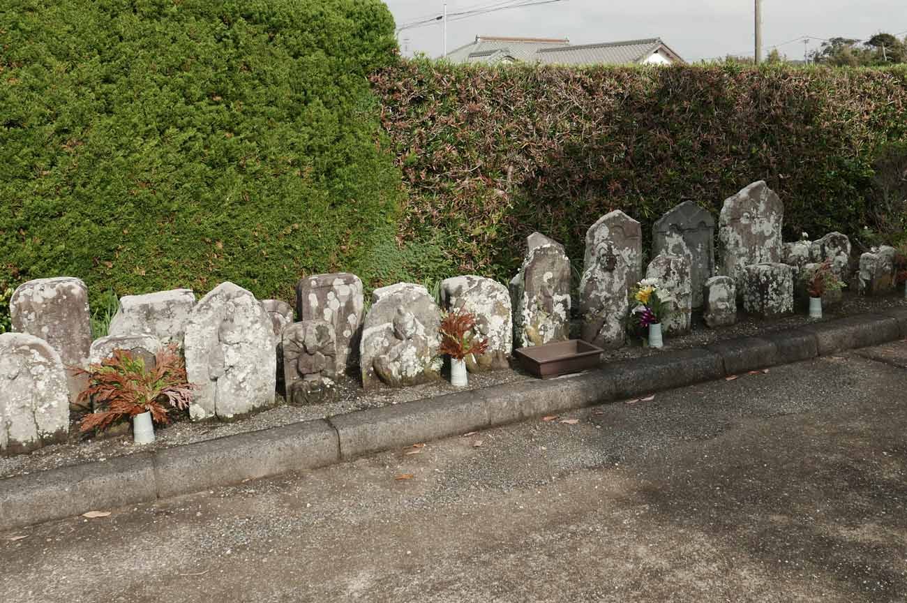 観音堂入り口の石碑群の画像
