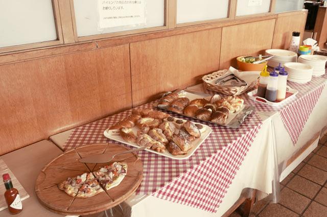 ランチバイキングのピザとパンの画像