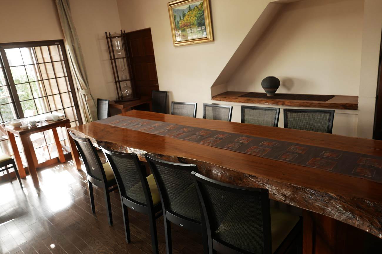 カフェ・ノワールの一枚板のテーブルの画像