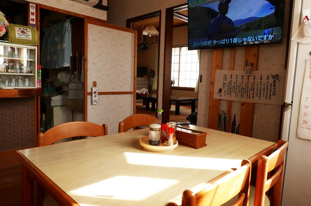 良志久庵のテーブル席と個室画像