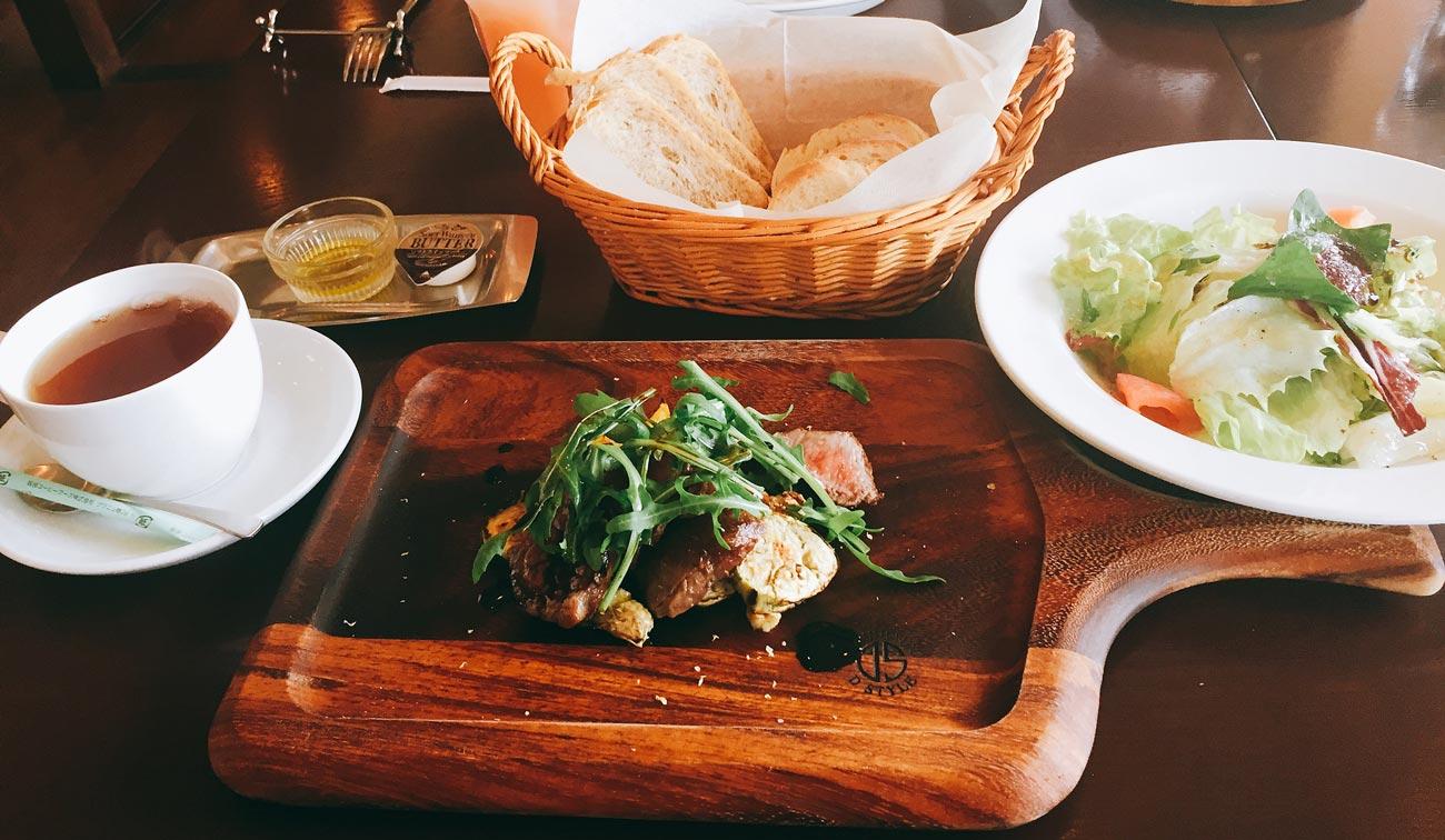 ランチの魚・肉料理セットの画像