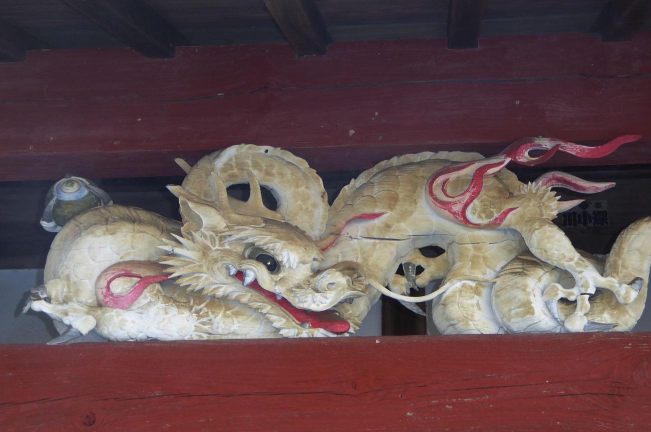 本堂の龍の彫刻の画像