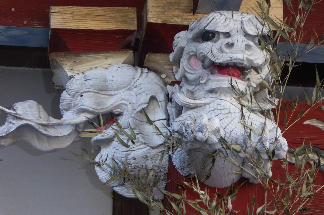 木鼻(左)の彫刻の画像