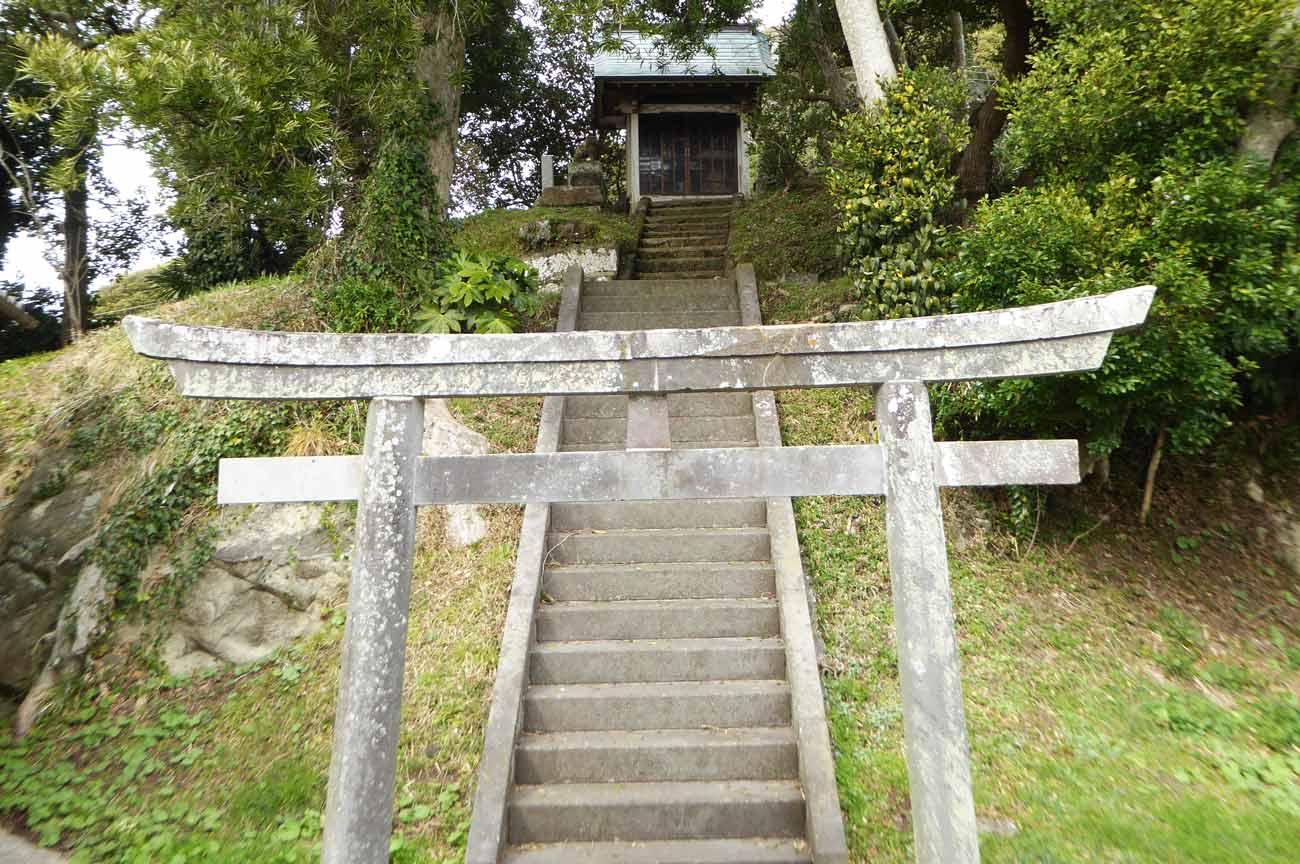 稲荷神社の鳥居と参道の画像