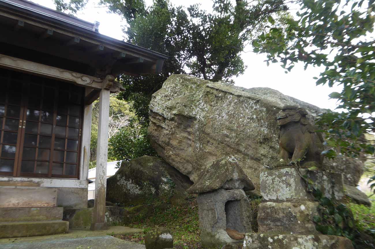 稲荷神社の大岩の画像