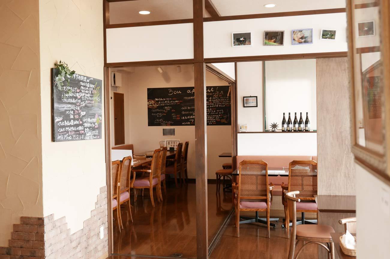 イタリア食堂のテーブル席の画像
