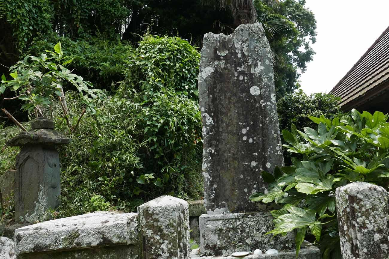 金光寺本堂裏の石碑の画像