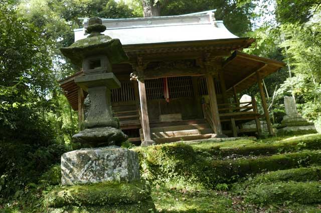 拝殿前の常夜灯(左)の画像