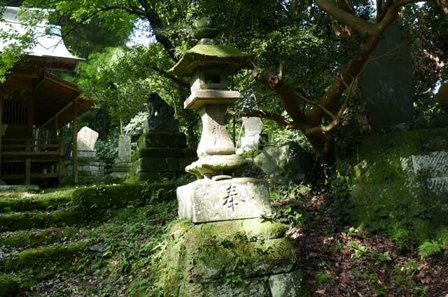 拝殿前の常夜灯(右)の画像