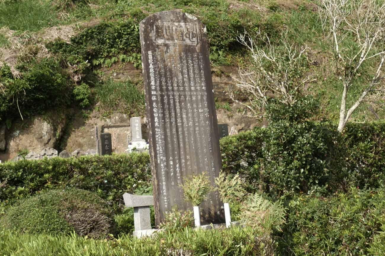 龍淵寺境内の石碑の画像
