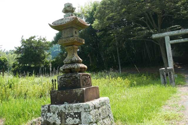 東宮神社の常夜灯(左)の画像