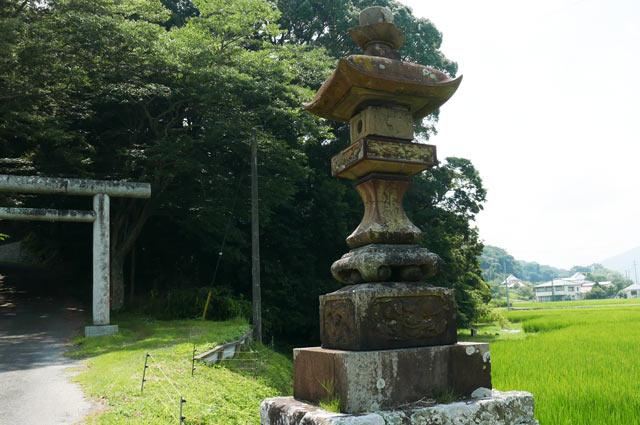 東宮神社の常夜灯(右)の画像