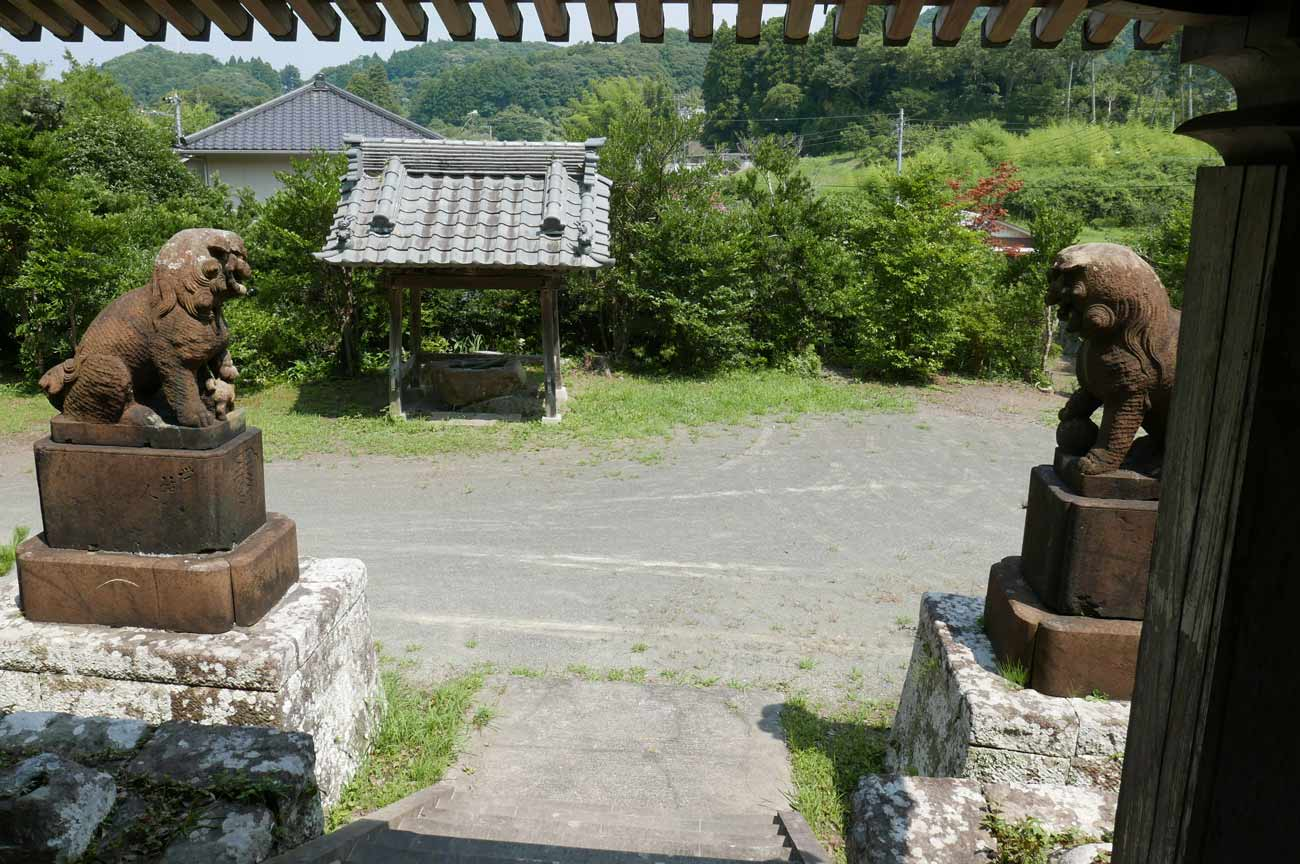 東宮神社の境内の画像