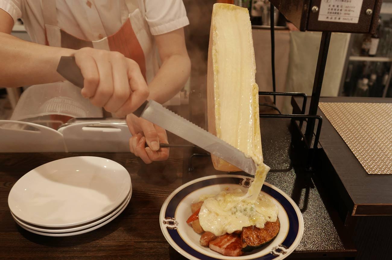 チーズを料理にかけるの画像