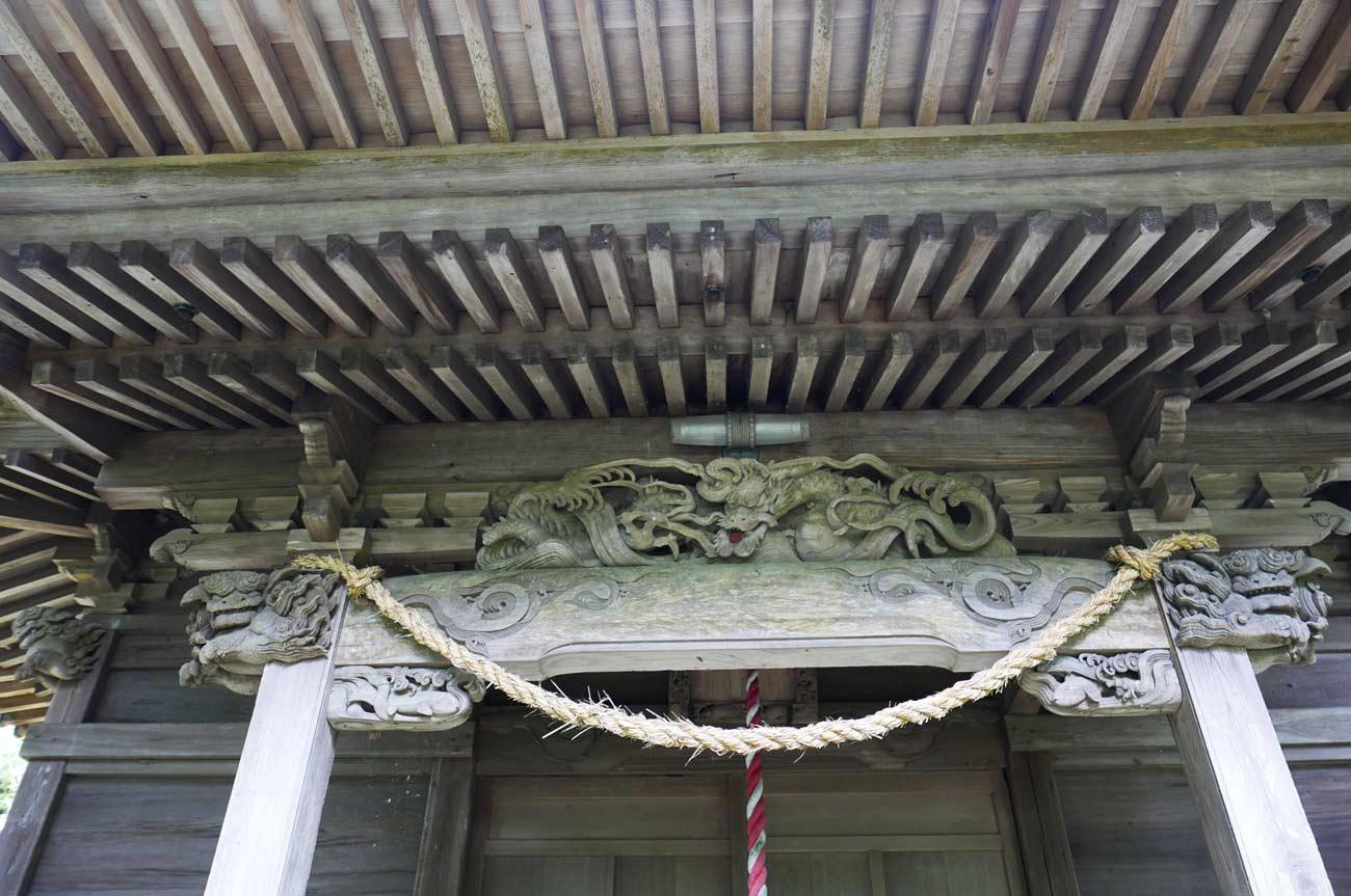 拝殿向拝の龍の彫刻の画像