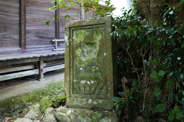 御神木根元の石碑の画像
