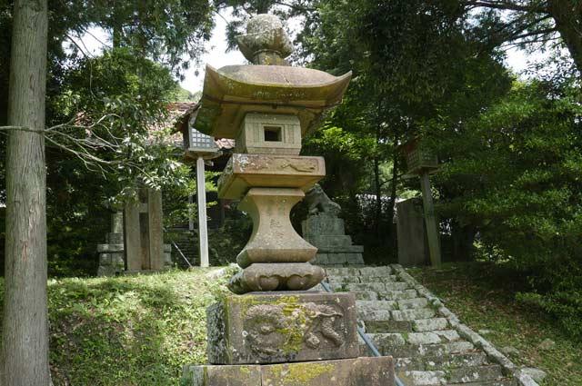 八雲神社の常夜灯(左)の画像