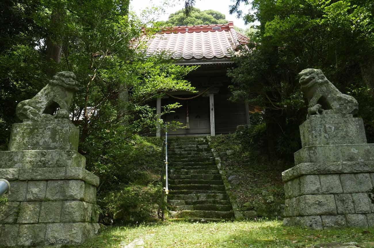 八雲神社の狛犬と拝殿の画像