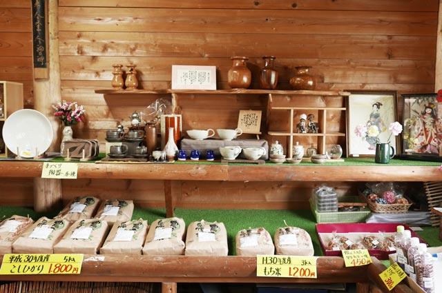 新米と陶芸コーナーの画像