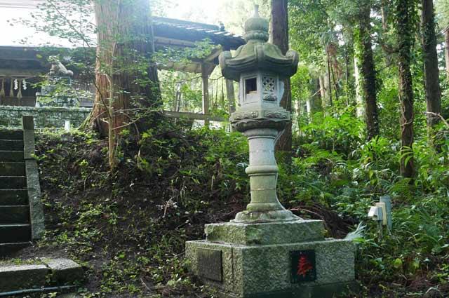 横山神社の常夜灯(右)の画像