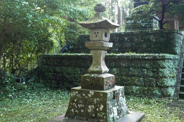 横山神社の常夜灯(左)の画像
