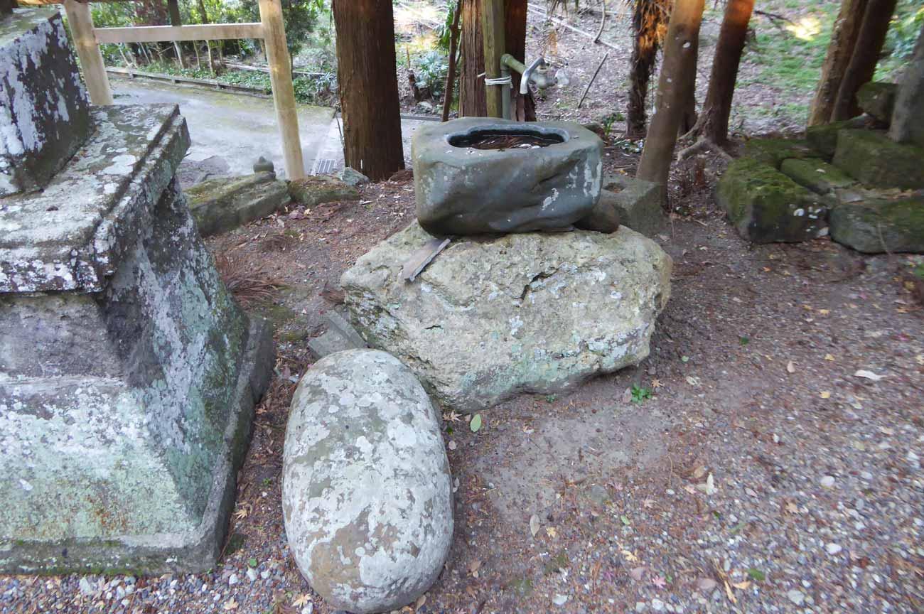力石と手水石の画像