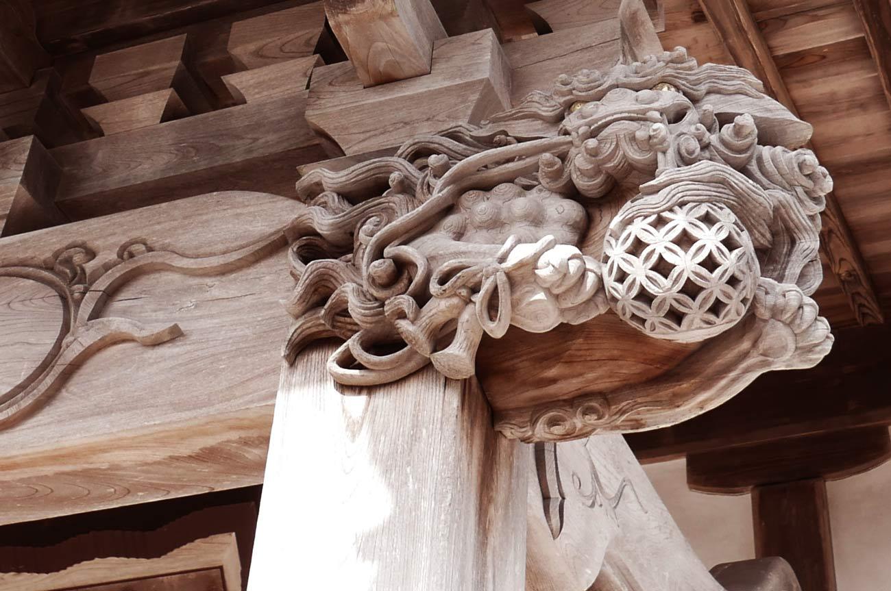 木鼻の獅子の彫刻(右)の画像