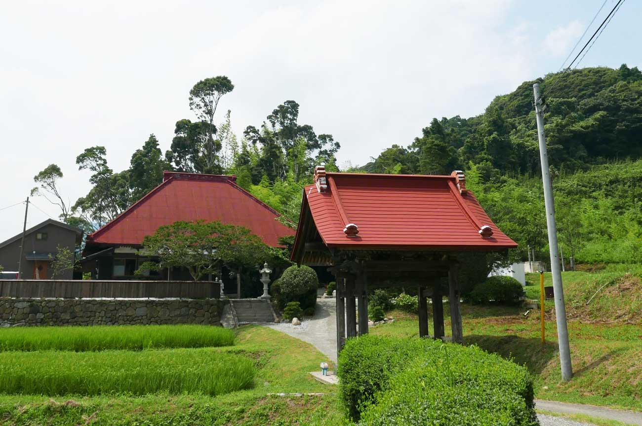 宝昌院山門と本堂の画像