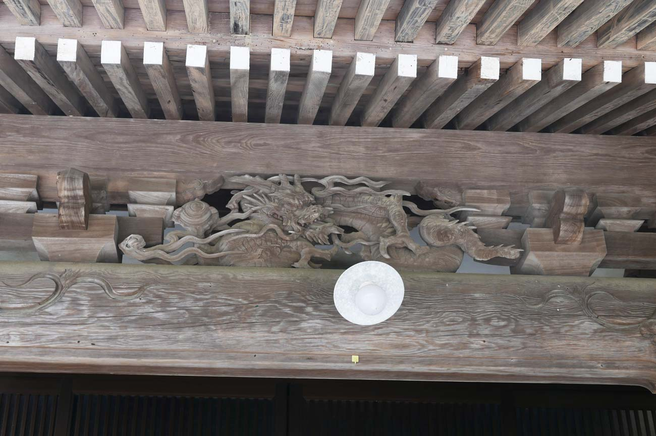 向拝の龍の彫刻の画像