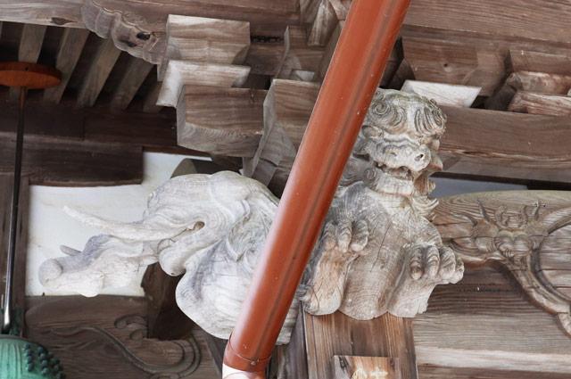 向拝の木鼻の彫刻(左)の画像